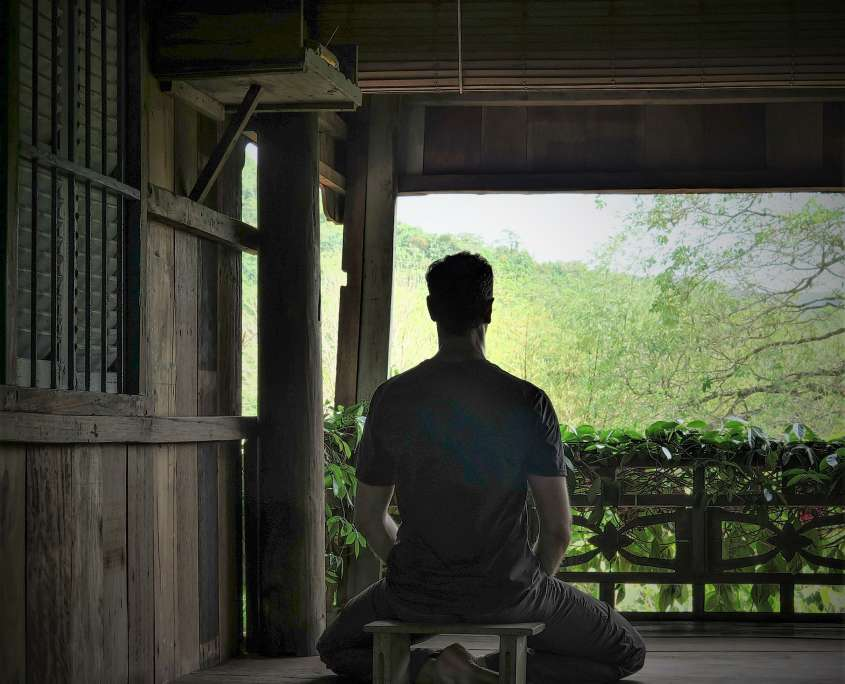 Nicolas Escoffier pratiquant la meditation de pleine conscience a kep cambodge